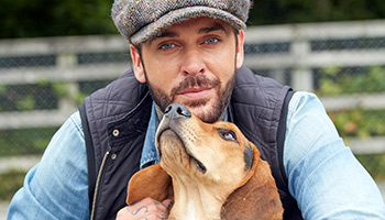 Pete Wicks with a rescue dog © RSPCA