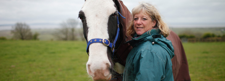 Fosterer Liz Handford portrait with her horse Horlickss  © RSPCA photolibrary