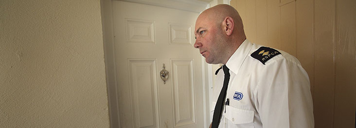 RSPCA Inspector Keith Hogben knocking on a door © RSPCA Photolibrary